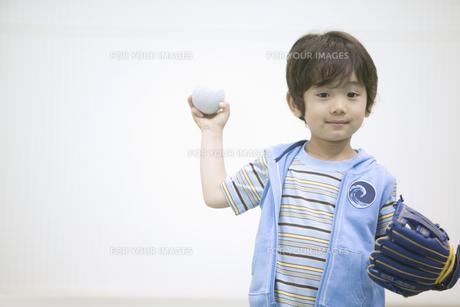 ボールを投げる構えの男の子の素材 [FYI01141341]