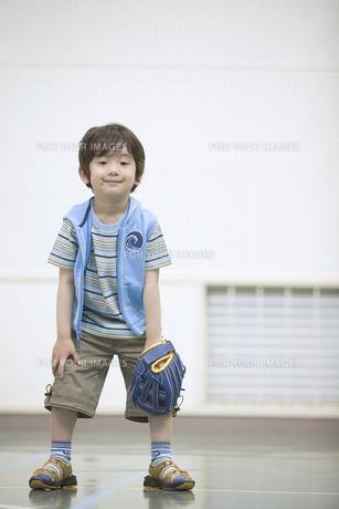 グローブを着け構える男の子の素材 [FYI01141387]