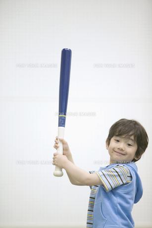 バットを持つ男の子の素材 [FYI01141411]
