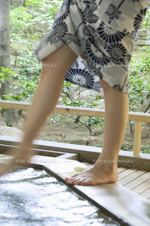 温泉に足をつける浴衣の女性の素材 [FYI01141577]