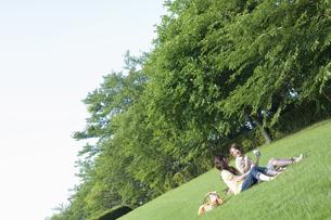 草原でピクニックをする女性2人の素材 [FYI01141655]