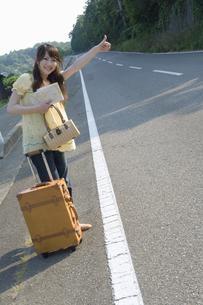 ヒッチハイクをする女性の素材 [FYI01141670]