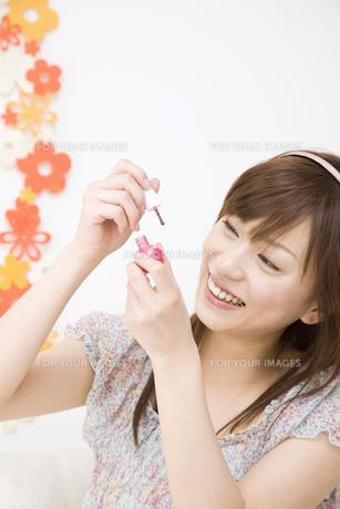マニキュアを塗る女性の素材 [FYI01141876]