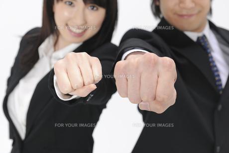 拳を掲げるビジネスマンとOLの素材 [FYI01142047]