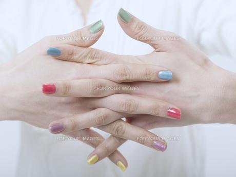 カラフルなマニキュアをした女性の手の素材 [FYI01142057]