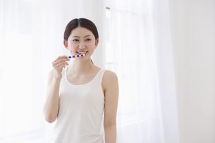 歯磨きをする女性の素材 [FYI01142311]