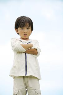 腕組みをして立つ男の子の素材 [FYI01142608]