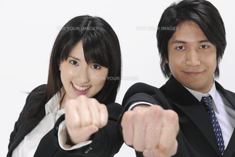 拳を掲げるビジネスマンとOLの素材 [FYI01142626]