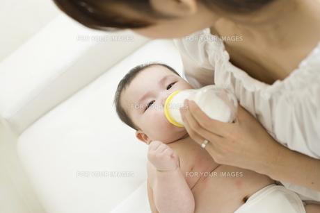 お母さんに抱かれてミルクを飲む赤ちゃんの素材 [FYI01142652]