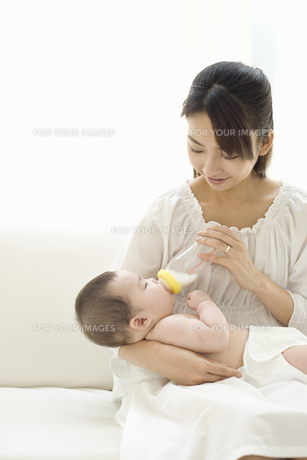 お母さんに抱かれてミルクを飲む赤ちゃんの素材 [FYI01142655]