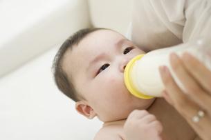 ミルクを飲む赤ちゃんの素材 [FYI01142671]