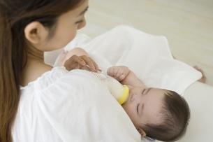 お母さんに抱かれてミルクを飲む赤ちゃんの素材 [FYI01142683]