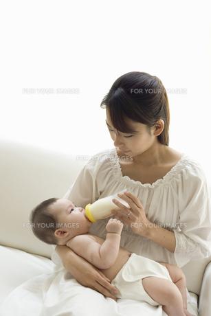 お母さんに抱かれてミルクを飲む赤ちゃんの素材 [FYI01142706]