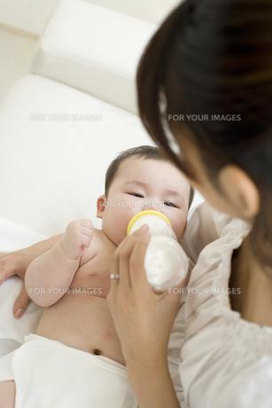 お母さんに抱かれてミルクを飲む赤ちゃんの素材 [FYI01142740]