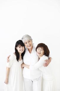 抱き合う女性3世代の素材 [FYI01143117]