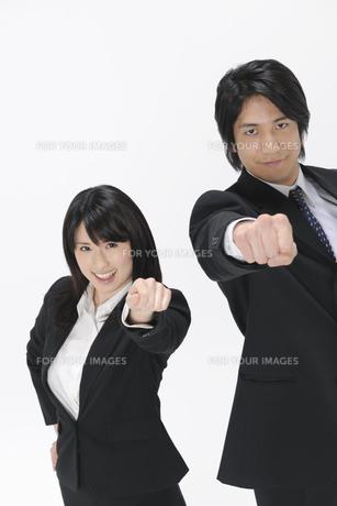 拳を掲げるビジネスマンとOLの素材 [FYI01143123]