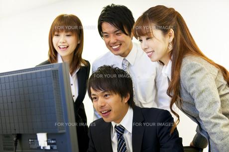 パソコンの画面を見つめるビジネスマン達の素材 [FYI01143272]