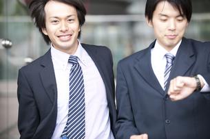 腕時計を見るビジネスマン達の素材 [FYI01143355]