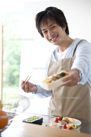 お弁当を作る男性の素材 [FYI01143367]