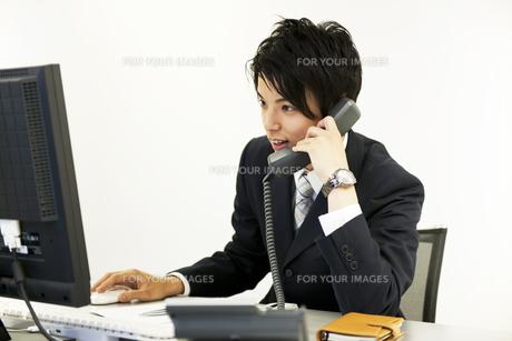 デスクで仕事をするビジネスマンの素材 [FYI01143381]
