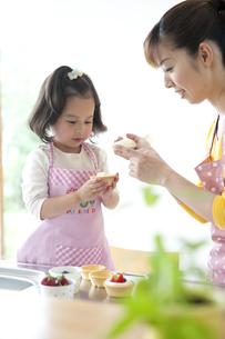 お菓子を作る母と娘の素材 [FYI01143393]