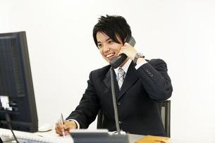デスクで仕事をするビジネスマンの素材 [FYI01143397]