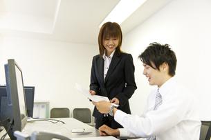 書類を見るビジネスマンとOLの素材 [FYI01143398]