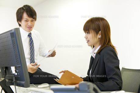 オフィスのビジネスマンとOLの素材 [FYI01143400]