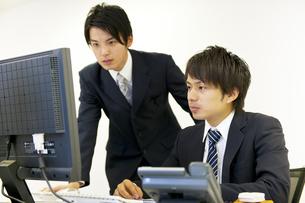 パソコンを見るビジネスマン達の素材 [FYI01143401]