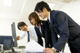 パソコンの画面を見るビジネスマン達の素材 [FYI01143410]