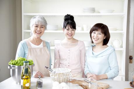 キッチンの女性3世代親子の素材 [FYI01143412]