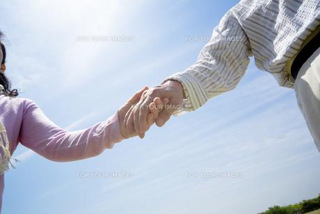 手をつなぐシニア夫婦の素材 [FYI01143413]