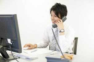 デスクで仕事をするビジネスマンの素材 [FYI01143420]