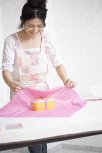 お弁当を包む女性の素材 [FYI01143424]
