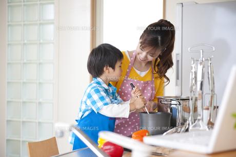 料理をする母と息子の素材 [FYI01143429]