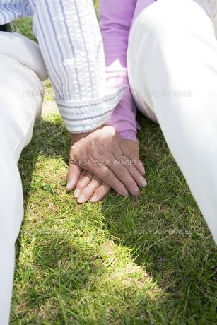 手を重ねるシニア夫婦の素材 [FYI01143432]
