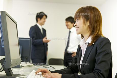 オフィスの仕事風景の素材 [FYI01143436]