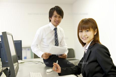 オフィスのビジネスマンとOLの素材 [FYI01143451]