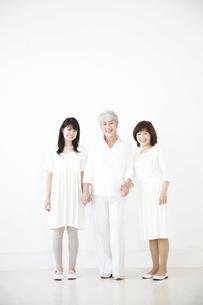 手をつなぐ女性3世代親子の素材 [FYI01143456]