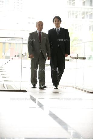 2人で歩く上司と部下の素材 [FYI01143463]