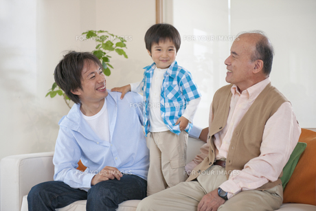 ソファに座る男性3世代親子の素材 [FYI01143467]