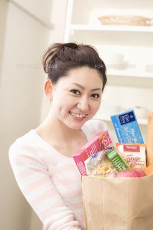 買い物袋を抱えた女性の素材 [FYI01143479]