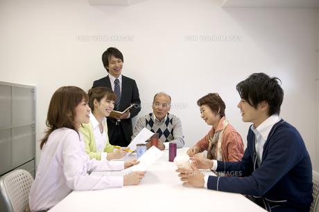 ビジネスマン達のミーティング風景の素材 [FYI01143487]