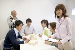 ビジネスマン達のミーティング風景の素材 [FYI01143493]