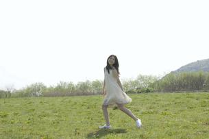 草原を歩く女性の素材 [FYI01143499]