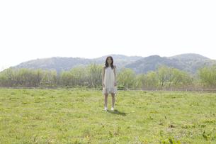 草原に佇む女性の素材 [FYI01143501]