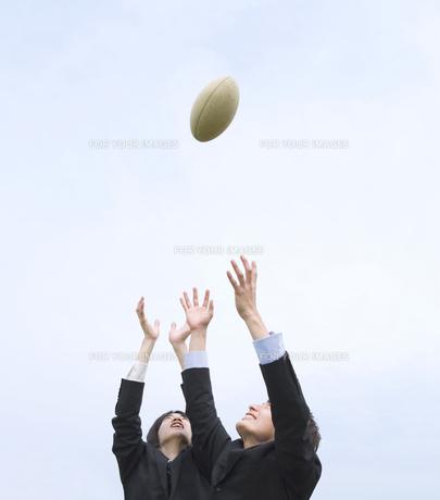 ラグビーボールを奪い合うビジネスマンの素材 [FYI01143507]