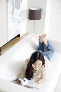 ソファで雑誌を読む女性の素材 [FYI01143514]