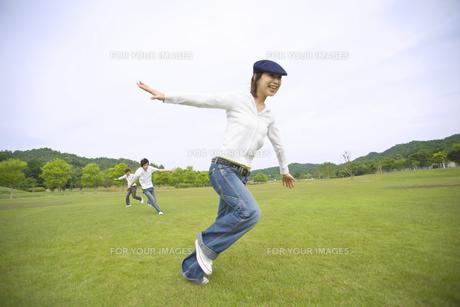 草原を走り回る若者達の素材 [FYI01143538]