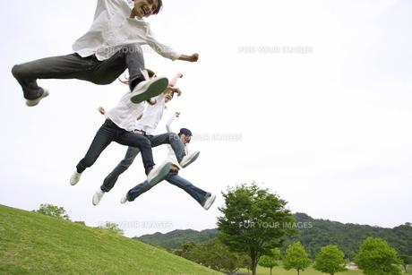 丘でジャンプする若者達の素材 [FYI01143549]